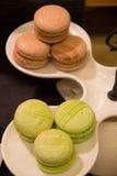 Brun och grön macaron Arkivfoto