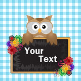 Brun Owl med blackboarden Arkivfoto