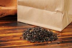 Brun påse av svart te för löst blad Royaltyfria Bilder