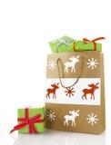 Brun pappers- påse med gröna julklappar Royaltyfri Fotografi