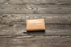 Brun plånbok för ` s för lädereleganskvinnor på mörk träbakgrund Royaltyfria Foton
