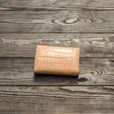 Brun plånbok för ` s för lädereleganskvinnor på mörk träbakgrund Arkivfoton