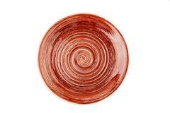 Brun rund keramisk platta med den spiral modellen som isoleras på vit royaltyfri fotografi