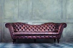 Brun soffa i rummet arkivbild