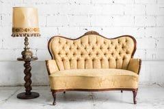 Brun soffa med lampan royaltyfri fotografi
