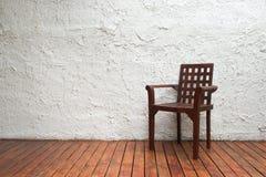 Brun stol i rum Arkivbilder