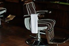 Brun tappningläderstol på den stilfulla barberaren shoppar fotografering för bildbyråer