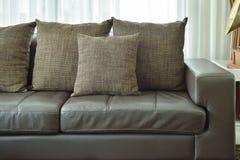 Brun textur kudde på djupt - den bruna lädersoffan i vardagsrum Arkivbild