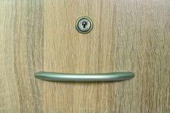 Brun träkabinett enhet med en nyckelhål Royaltyfria Foton