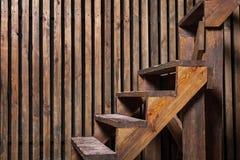 Brun trätrappa och vägg Arkivbild