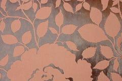 Brun tygbakgrund med den blom- modellen Arkivfoton