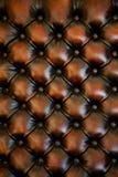 brun upholstery för knappstolsläder Arkivbilder