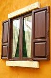 brun väggfönsteryellow Arkivfoton