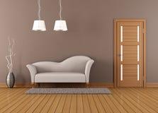 Brun vardagsrum med den vita soffan Royaltyfri Foto