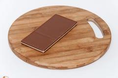 Brun vit choklad på ett träbräde Arkivfoton