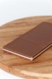 Brun vit choklad på ett träbräde Royaltyfria Bilder