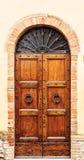 Brun wood gammal dörr i mitten av San Gimignano Royaltyfria Foton