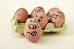 Bruna ägg med roliga framsidor Royaltyfria Bilder