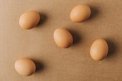 bruna ägg spridda på den bruna lådan Arkivfoton