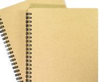Bruna anteckningsböcker på vit bakgrund Arkivfoton
