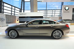 Bruna BMW grankupé för 6 serie på skärm på BMW världen Arkivfoton