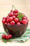 bruna Cherryfrukter för bunke Arkivbild