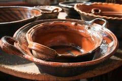 Bruna Clay Cooking Pots Stacked upp på den Wood tabellen fotografering för bildbyråer