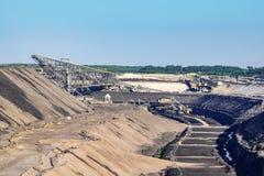Bruna coalmining operationer på Welzow Süd, en av de största fungerande tyska öppna - miner för lignit för brunt kol för ensemble arkivfoton