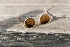 Bruna exponeringsglas som ligger i solen royaltyfria foton