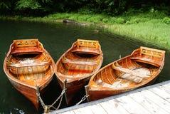 Bruna fartyg på sjön i sommar Arkivfoto