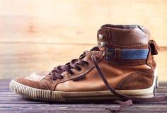 bruna gammala gymnastikskor Arkivfoto
