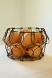 Bruna ägg i en trådkorg Arkivfoton