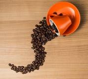 Bruna grillade kaffebönor, kärnar ur på mörk bakgrund Espressomörker, arom, svart koffeindrink Closeupenergimocka, ca royaltyfri fotografi