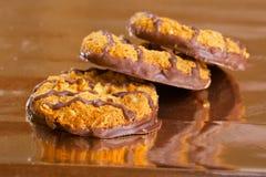 Bruna kakor med chokladremsor på guling Fotografering för Bildbyråer