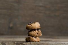 Bruna kakor på träbakgrund Arkivbilder