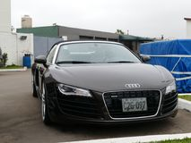 Bruna konvertibla Audi R8 V8 FSi som parkeras i Lima Arkivbilder