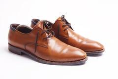 Bruna lädermanar skor royaltyfri foto