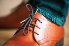 Bruna läderskor för affärsman med skosnöre på träparkettgolv Stil- och modebegrepp royaltyfri foto