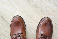 Bruna läderskor för man på tegelplattagolv Fotografering för Bildbyråer