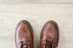 Bruna läderskor för man på tegelplattagolv Royaltyfria Foton