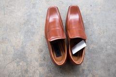 Bruna läderskor på cementgolv Fotografering för Bildbyråer