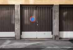 Bruna metallgarageportar med ingen parkering undertecknar Arkivfoto