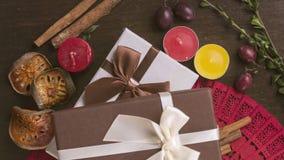 Bruna och vita gåvaaskar på träbakgrund, kanel, autum Royaltyfri Foto