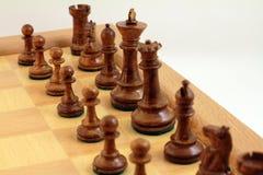 Bruna schackstycken fotografering för bildbyråer