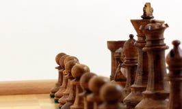 Bruna schackstycken royaltyfria bilder