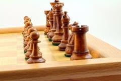 Bruna schackstycken royaltyfri foto