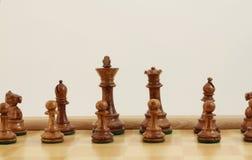 Bruna schackstycken arkivfoto