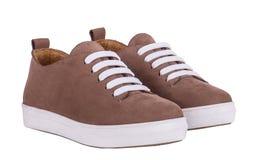 Bruna skor för man` s på den vita bakgrunden Arkivfoton
