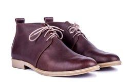 Bruna skor för man` s på den vita bakgrunden Arkivbilder
