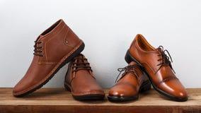 Bruna skor för modelädermän på tabellen Royaltyfri Fotografi